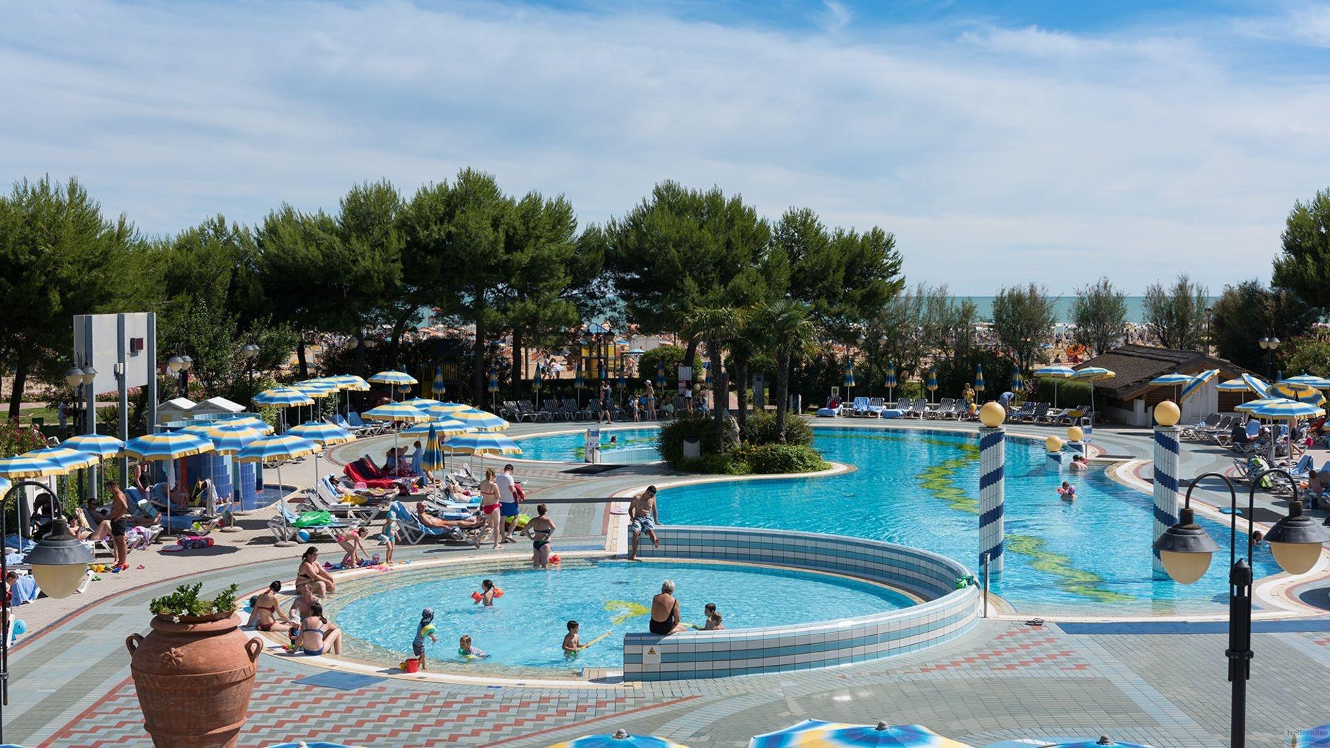 Aparthotel holiday bibione spiaggia italia italieonline for Piscina olimpia prezzi